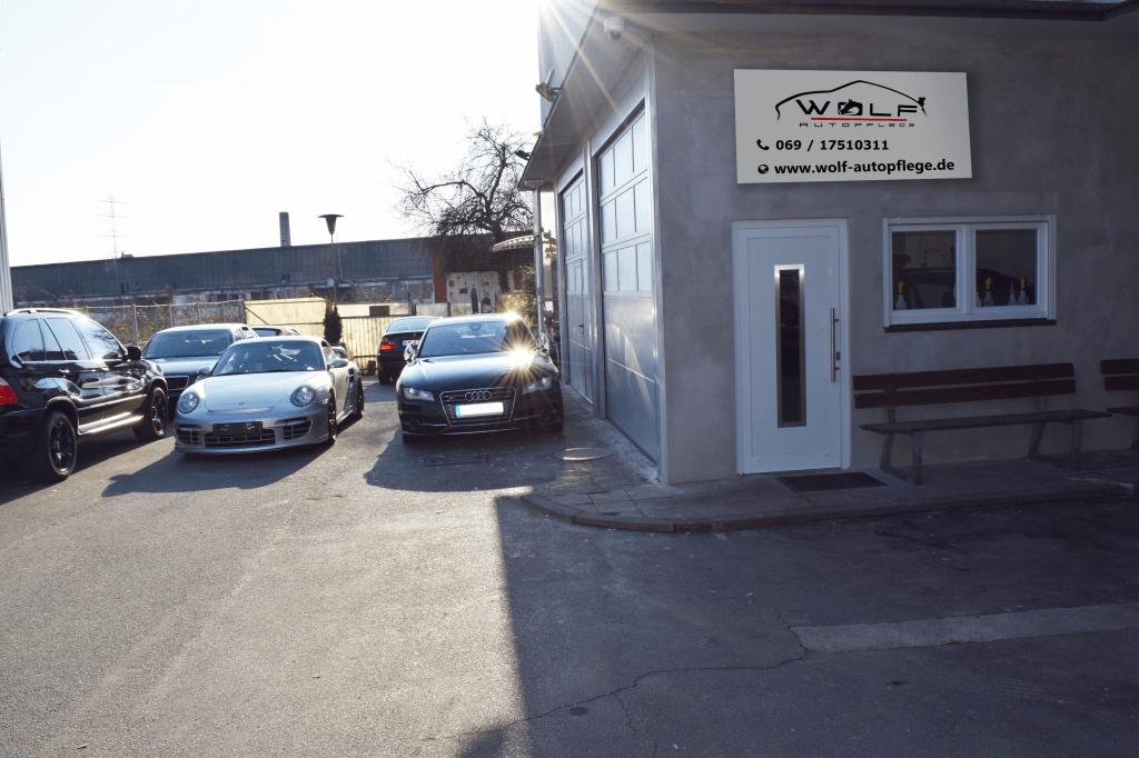 Hof und Werkstatt der WOLF Autopflege in Frankfurt